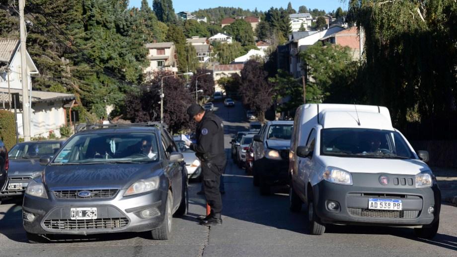 En las calles de Bariloche se profundizan los controles vehiculares ante la medida de aislamiento obligatorio. Foto: Alfredo Leiva
