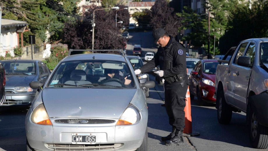 La Policía Federal realiza controles esta mañana en la calle Tiscornia de Bariloche. Foto: Alfredo Leiva