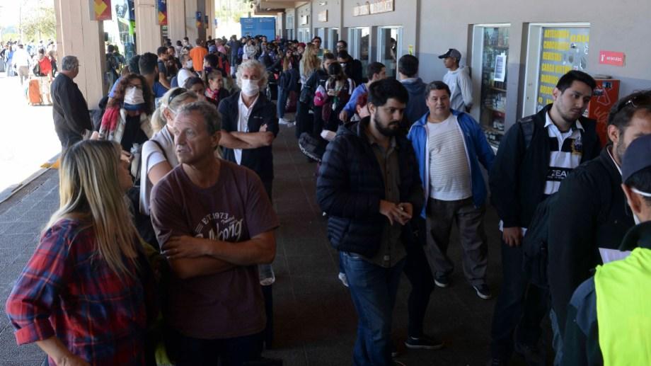 Cientos de turistas esperaban este miércoles por los colectivos que los trasladarían a Bahía Blanca y Retiro, en Buenos Aires. (Foto: Alfredo Leiva)