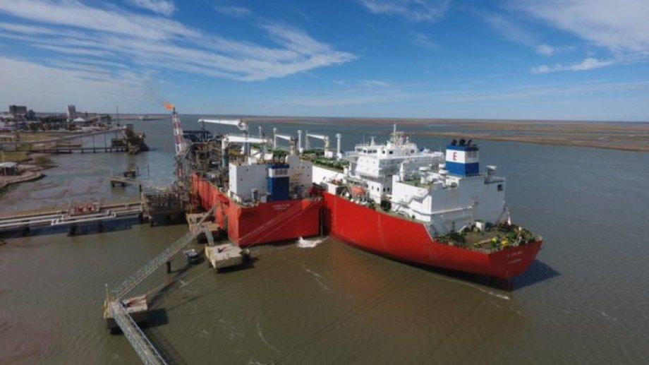 La barcaza fábrica de YPF completó el cuarto cargamento de la tanda regular y el quinto de la historia del país.