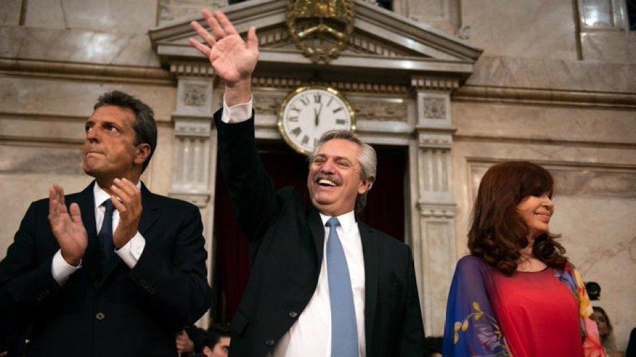 Fernández, acompañado por Sergio Massa y Cristina Fernández. Foto: Presidencia de la Nación.-