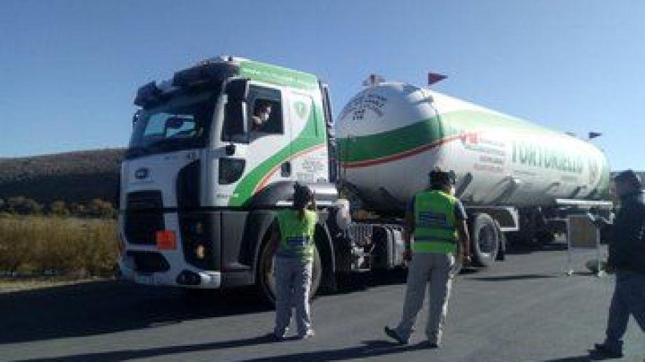 Seguridad Vial de Neuquén colaboró en Las Lajas para que los camiones no estacionen en la localidad. (Gentileza).-