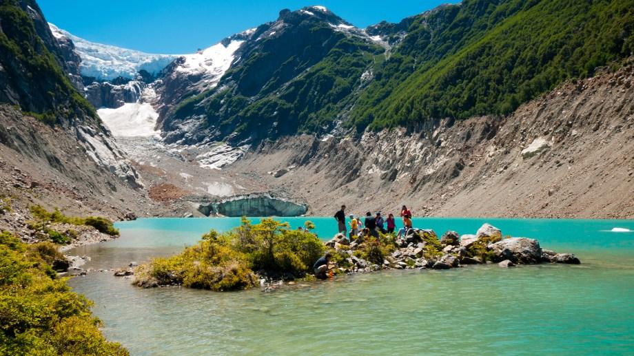 Maravilla. La laguna El Antigüo y su color esmeralda en la excursión al glaciar Torrecillas en Esquel. Patagonia.