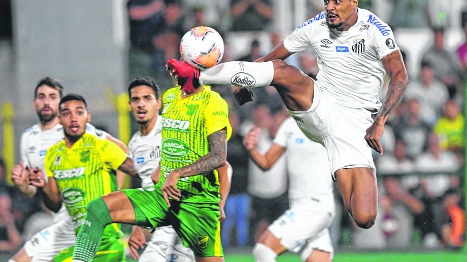Defensa lo ganaba 1-0, pero en el ST Santos lo dio vuelta. (Foto/Télam)