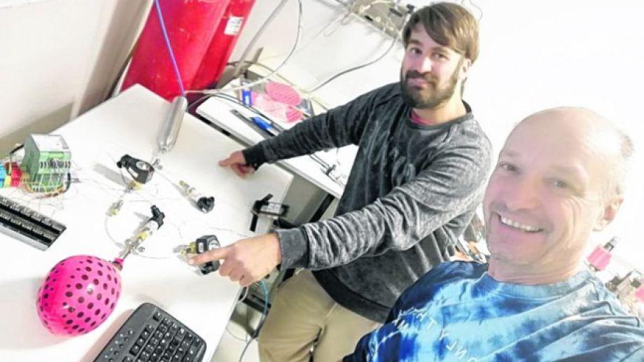 Nicolás Aversente y Gabriel Meyer en su laboratorio del Centro Atómico Bariloche idearon un desinfectador de personas. Gentileza