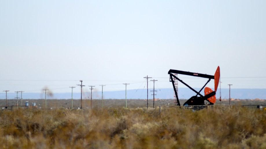 La caída en la demanda que marcó el endurecimiento de la cuarentena en el AMBA signó un nuevo desplome en la producción de crudo.