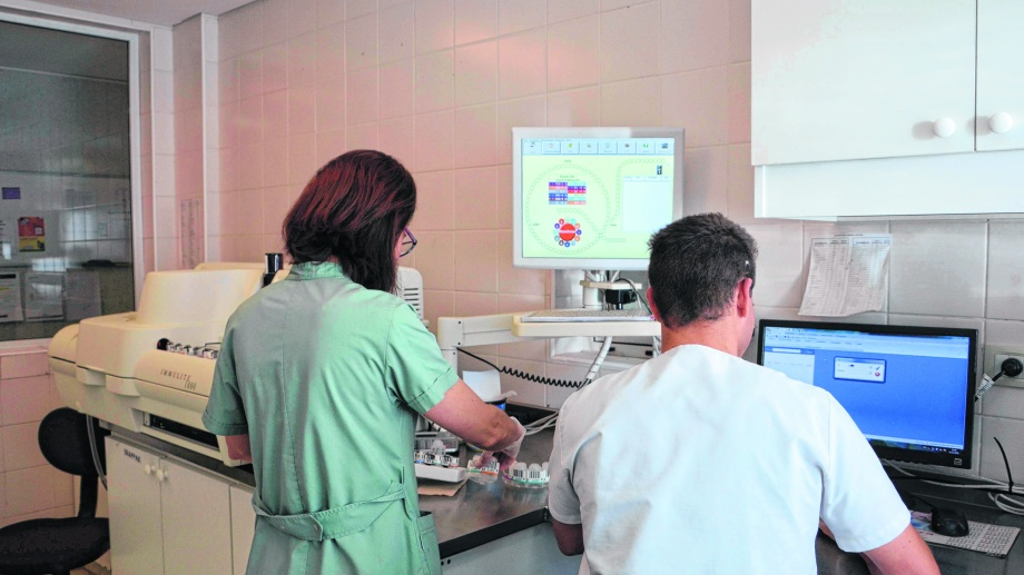 Hay biólogos moleculares y bacteriólogos que fueron capacitados, luego fue necesario homologar el equipo y el procedimiento. Archivo