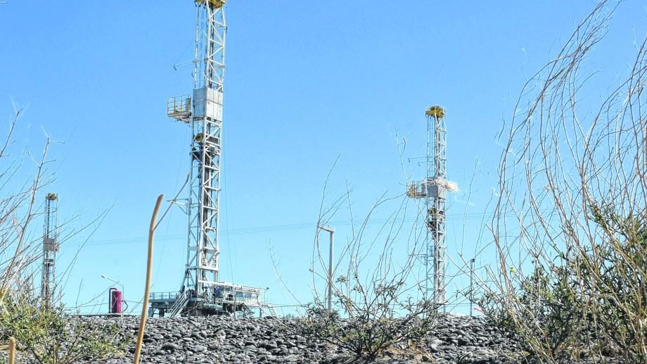 En Neuquén, los equipos fuera de servicio ya son parte del paisaje del parque industrial. (Foto: Juan Thomes)