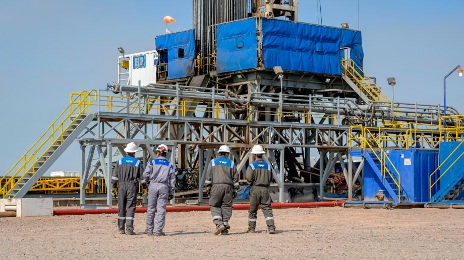 La petrolera comenzó a retirar al personal de los yacimientos.