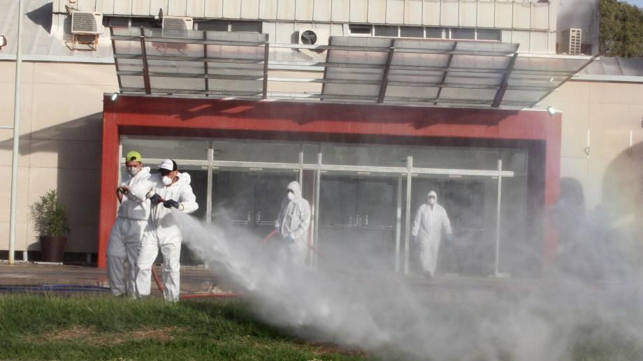 En la capital neuquina continúan con las desinfecciones callejeras. Uno de los lugares que se acondiciona por la emergencia es el Duam.