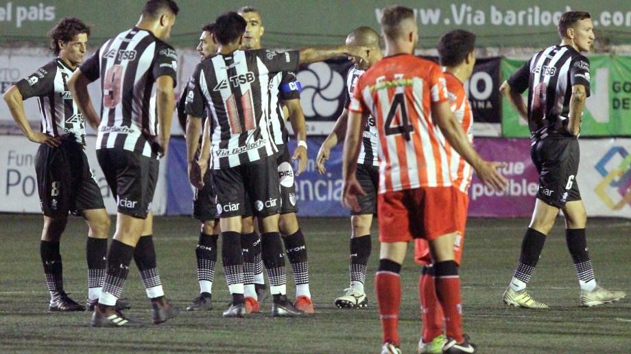 Cipo tuvo un segundo tiempo para el olvido y volvió a caer como local, donde le convirtieron ocho goles en los últimos dos encuentros. (Foto: Oscar Livera)