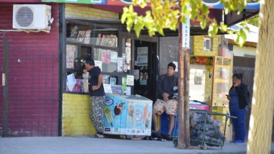 Algunos comercios mantienen sus puertas abiertas, por prestar servicios básicos. Foto: Yamil Regules
