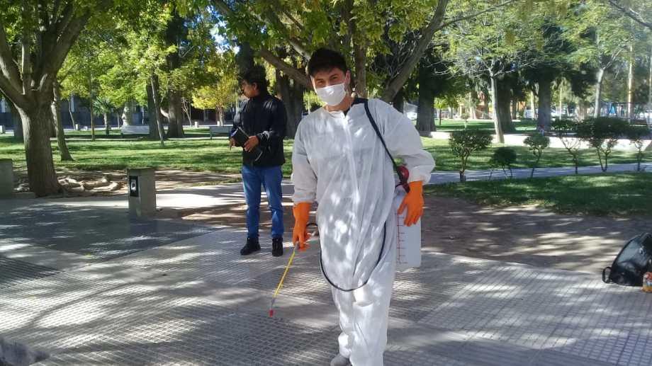 Trabajador de Pehuenche se prepara para desinfectar una unidad. Foto: gentileza Edgardo Pino.