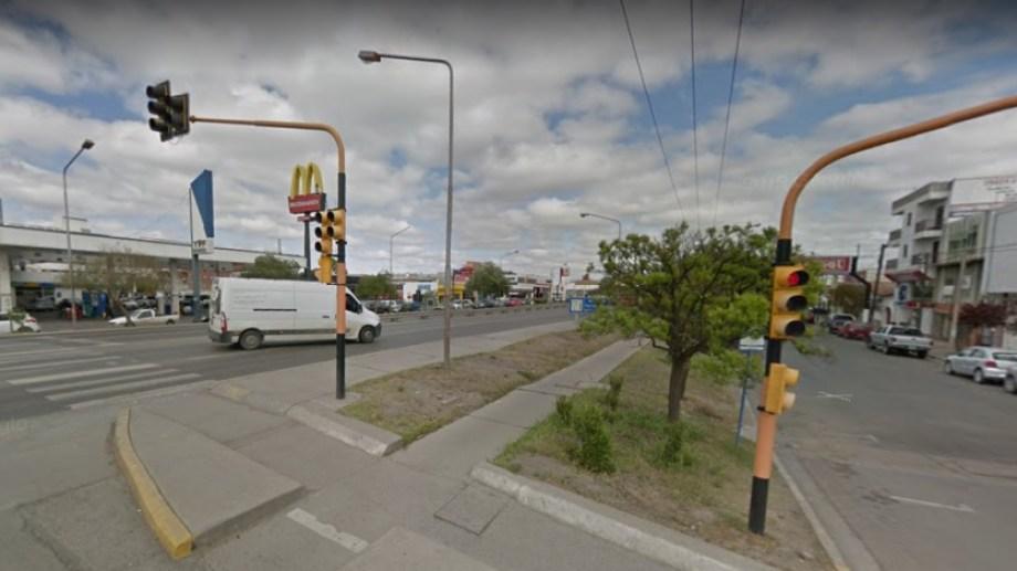 Una peatón fue arroyada por una camioneta cuando cruzaba la Ruta 22 y calle Bahía Blanca. Se encuentra grave en el Hospital Regional. (Foto: Gentileza).