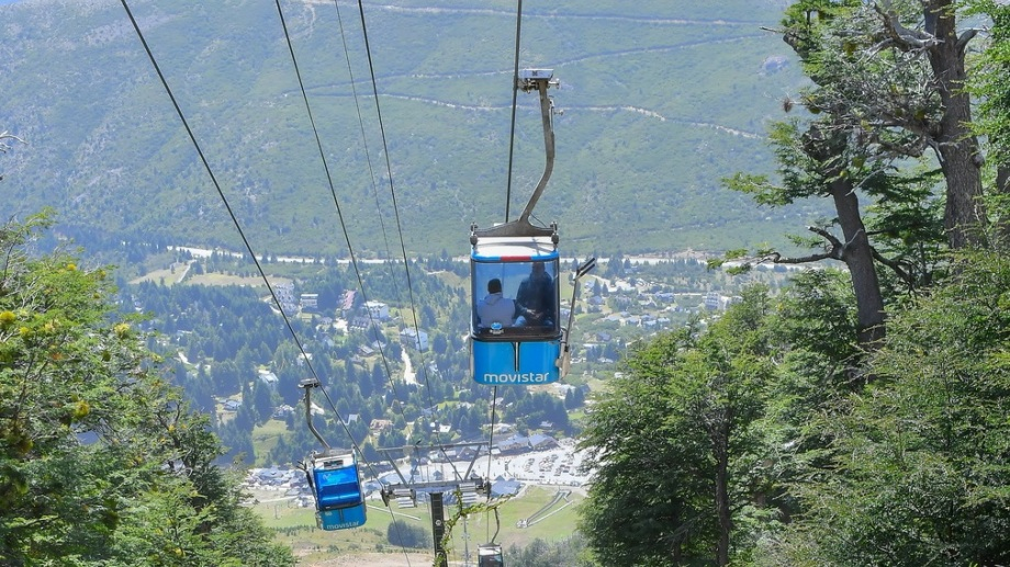 La telecabina Amancay fue instalada en 2006 y transporta peatones y esquiadores desde la base del cerro Catedral. Gentileza