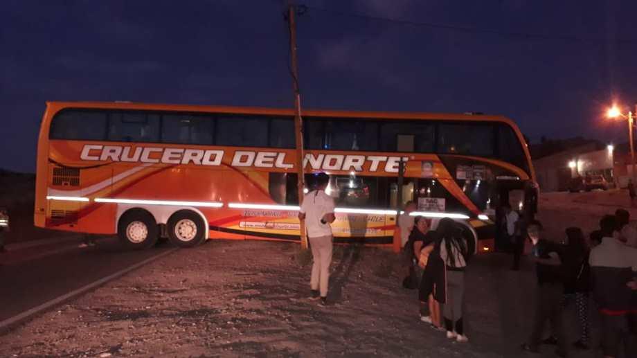 Un colectivo se quedó sin frenos y el chofer debió chocar contra un poste para frenarlo, en Piedra del Águila. (Foto: Gentileza).