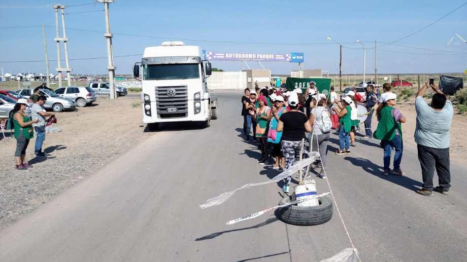 Los municipales de Centenario volvieron al ingreso del autodromo para hacer conocer sus reclamos. (Mauro Pérez).-
