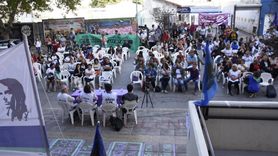 ATEN realizó una clase pública frente a la sede capitalina del ISSN. (Florencia Salto).-