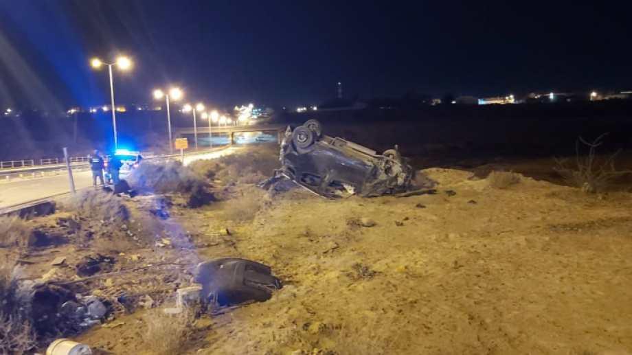 Un joven de 25 años de Centenario murió al impactar contra el guardarrail del derivador de Autovía Norte. Volcó y salió despedido del auto porque no llevaba el cinturón de seguridad. (Foto: Gentileza)