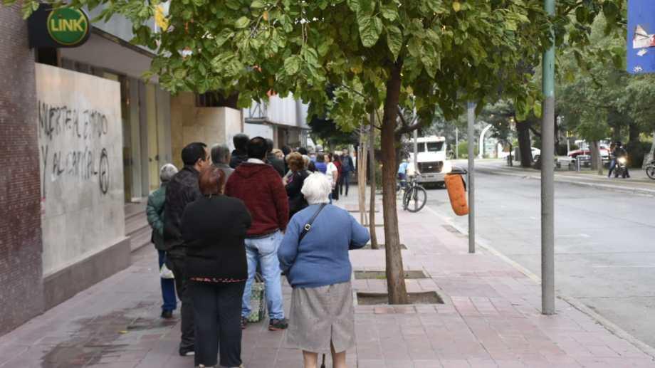 Jubilados y beneficiarios sociales tendrán atención bancaria desde el viernes. (Archivo Florencia Salto).-