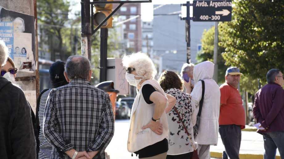 los mayores de 65 hasta las 14,30 pueden colocarse la vacuna antigripal en el municipio de Neuquén o en el cine Español (foto Florencia Salto)