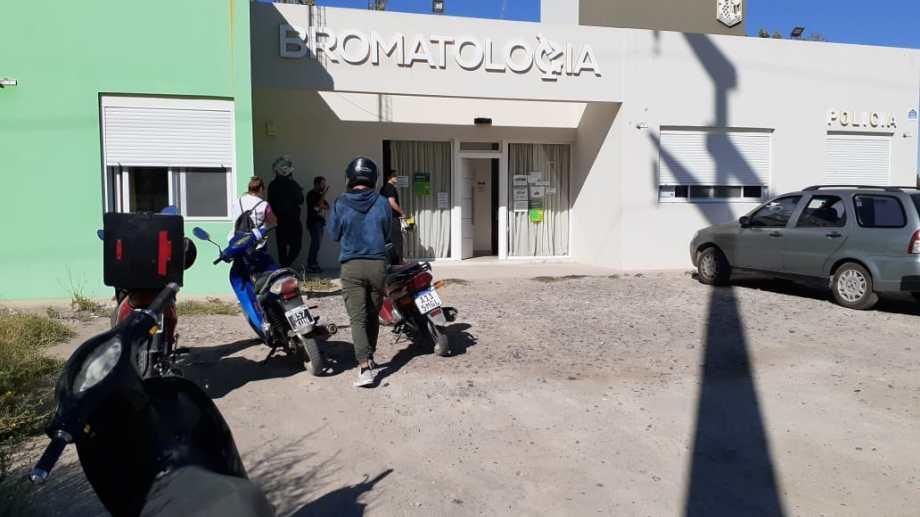 Este jueves comenzó la inscripción obligatoria para quienes realizan servicio de delivery en Villa Regina. (Foto Pablo Accinelli)