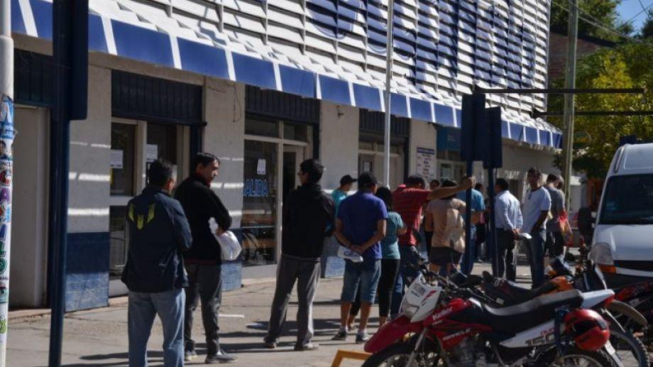 Las compras en las grandes superficies se notan por la hilera de consumidores en las veredas (foto Yamil Regules)