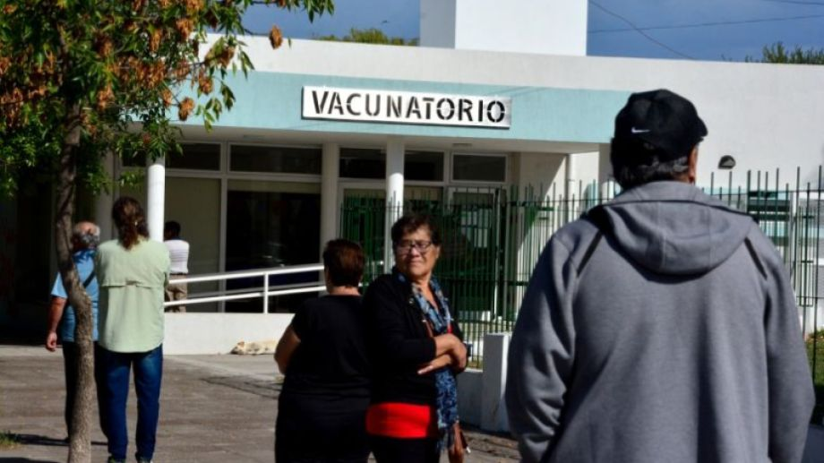 En la mañana del sábado mucha gente se acercó al vacunatorio del Zatti. Foto: Marcelo Ochoa.