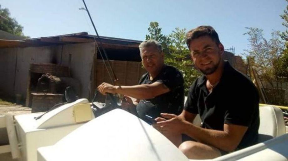 Yendo de la lancha al living. El guía de pesca Pablo Oscar Blasco arregla una embarcación en su casa en Cipolletti y hace atado de moscas en vivo desde las redes. Acá, con su suegro, Edgardo León.