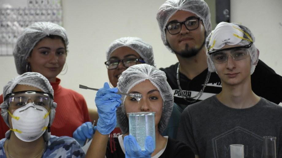 Estudiantes se encargaron de hacer su propio alcohol en gel. En farmacias casi no se consigue.