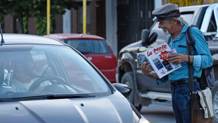 """El """"Mono"""" recorría las calles de Neuquén, cds en mano promocionando a La Moto. (Foto: Florencia Salto)."""