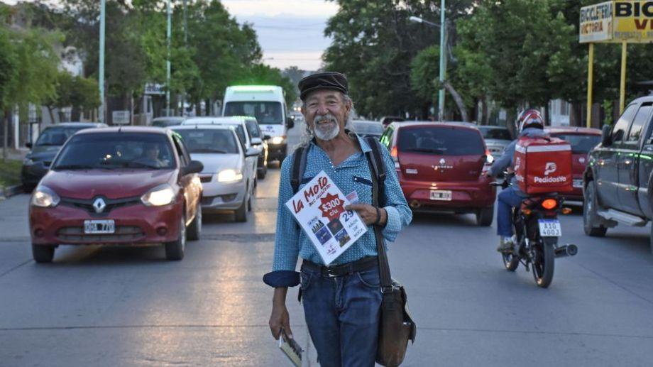"""El """"Mono"""" salía a vender los discos de """"La Moto"""" por la calle, para difundir su música. Foto: Florencia Salto.-"""