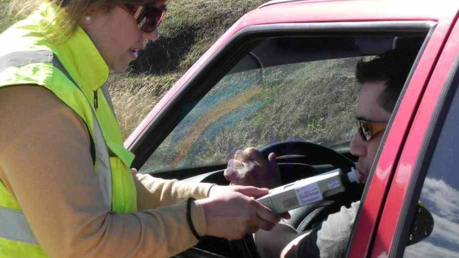 En todos casos de ser detectado un conductor con alcoholemia positiva se le retendrá la licencia para manejar. Foto: Archivo
