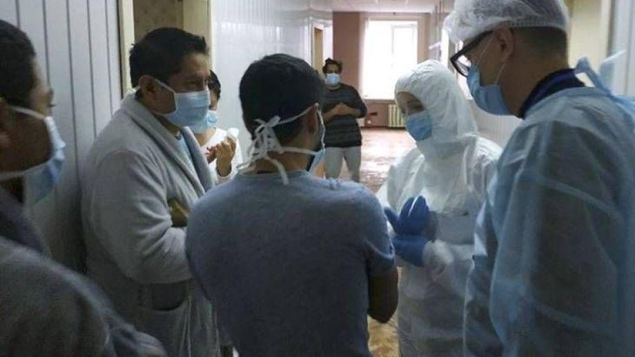 El personal de Salud trabaja contrarreloj para contener la situación sanitaria. Foto: gentileza.-