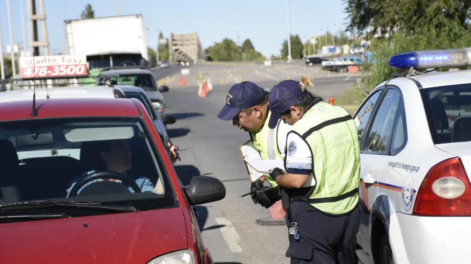 La Policía Caminera realizó controles en el acceso a la provincia. Foto: Florencia Salto.