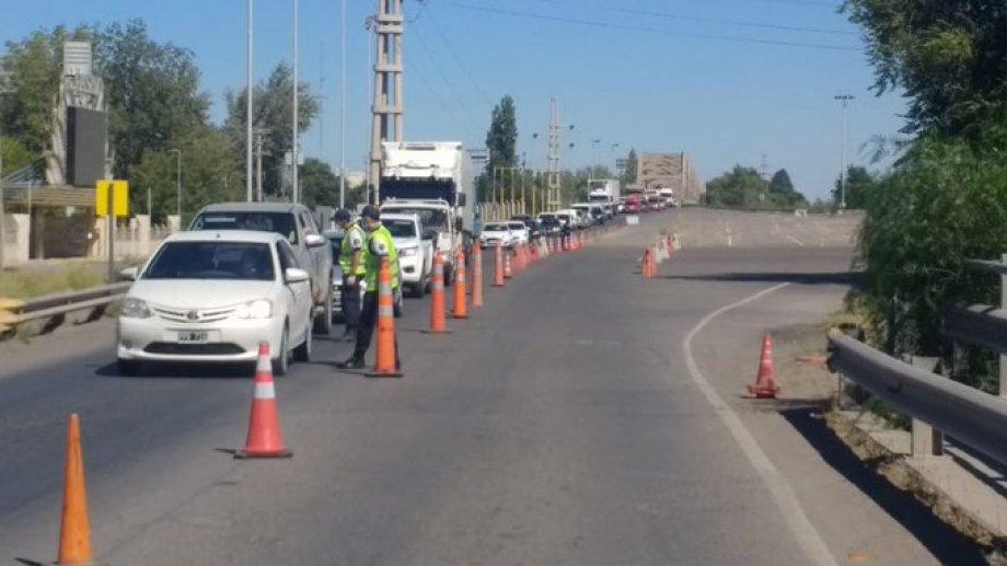 Efectivos controlan los vehículos que circulan por la zona. Foto: gentileza.