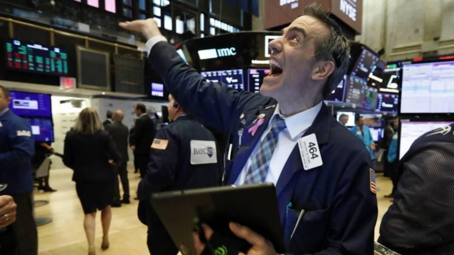 Lunes negro en los mercados de todo el mundo. Wall Street suspendió todas sus operaciones.