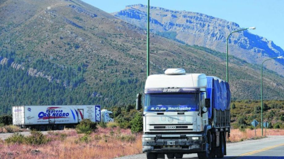La rotonda de la ruta 40 sur es uno de los puntos de mayor tránsito de camiones del norte de la Patagonia. Foto: Alfredo Leiva