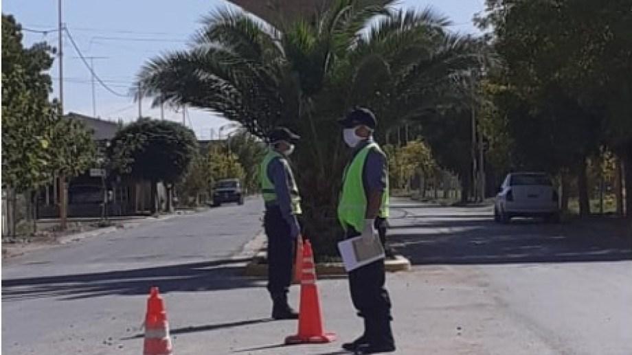 Personal policial de Huergo controla los ingresos a la localidad. (Foto gentileza)