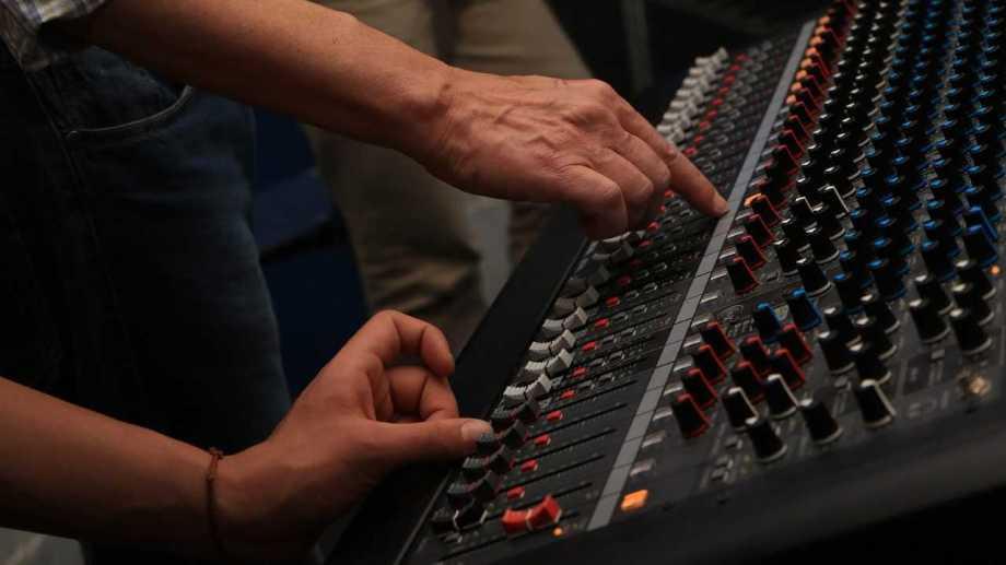 La diplomatura en audio se cursa on line y las prácticas se postergan. Foto archivo