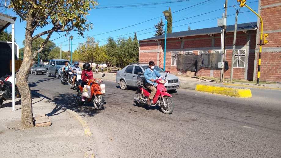 En Roca, durante la mañana, los controles fueron sólo en algunos sectores. En otros, la gente transitaba casi de manera normal. (foto: Luis Leiva)
