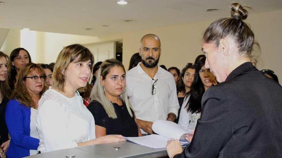 Melisa López se presentó hoy en la mesa de entradas de la Legislatura. Foto Prensa Teresa Rioseco