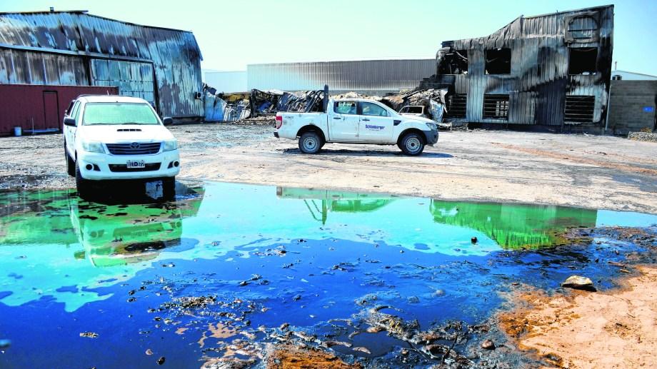 En el predio se observaba ayer los aceites industriales que se derramaron sobre el sector que no tenía impermeabilización.