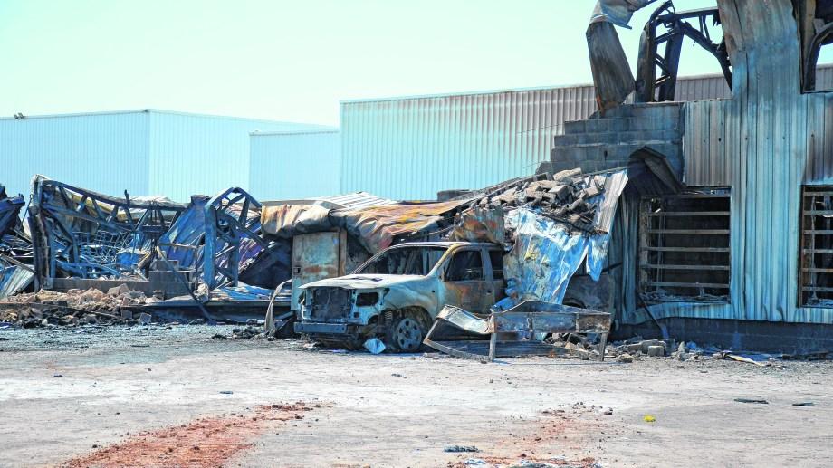 Los vehículos dentro del galpón resultaron quemados.