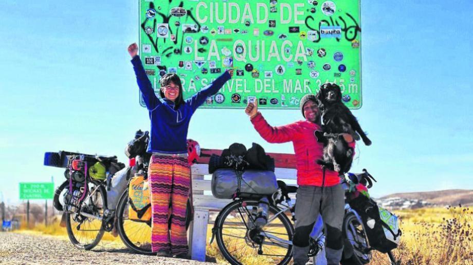 Antonella Santarelli (29), Renzo Scattone (29) y Ona (4) salieron desde Zapala el 6 de abril del 2018 y 10 meses después llegaron a Cartagena de Indias, Colombia. Pedalearon más de 10 mil km hasta el Caribe. Foto Ciclovoladores.