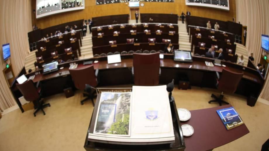 El gobernador Omar Gutiérrez se dispone a abrir el 49° período de sesiones de la Legislatura. @omargutierrezoki