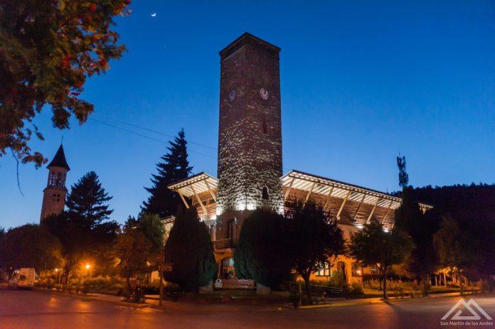 municipio-noche-696x463-2