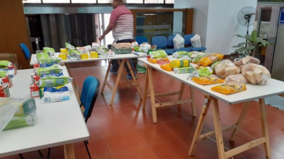 Los alimentos donados se centralizan en el municipio para su posterior distribución. (Foto Pablo Accinelli)