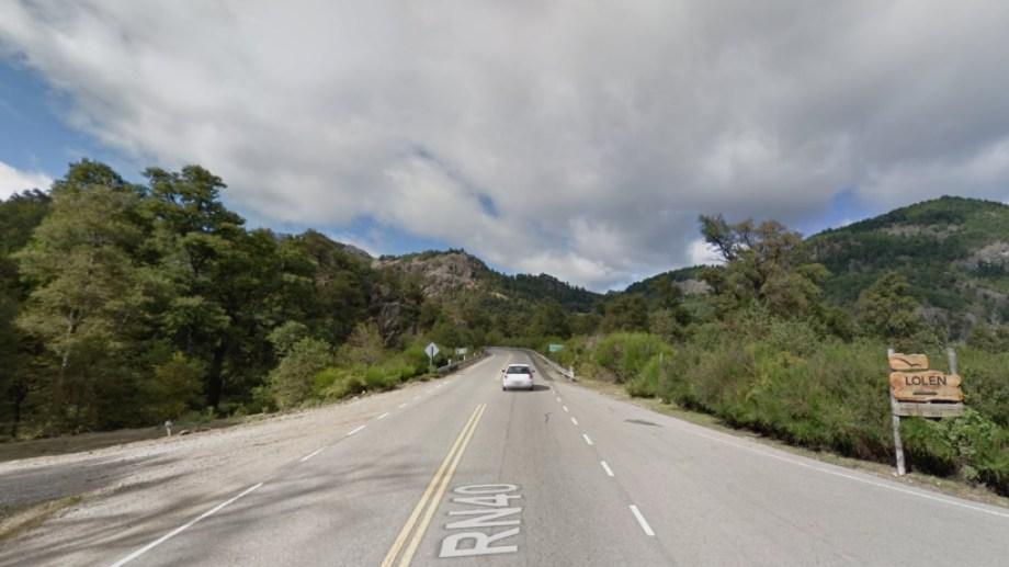 Un joven chocó contra un muro de contención sobre la Ruta 40, abandonó el vehículo y descendió 60 metros hacia la orilla del Lacar. (Foto: Gentileza)