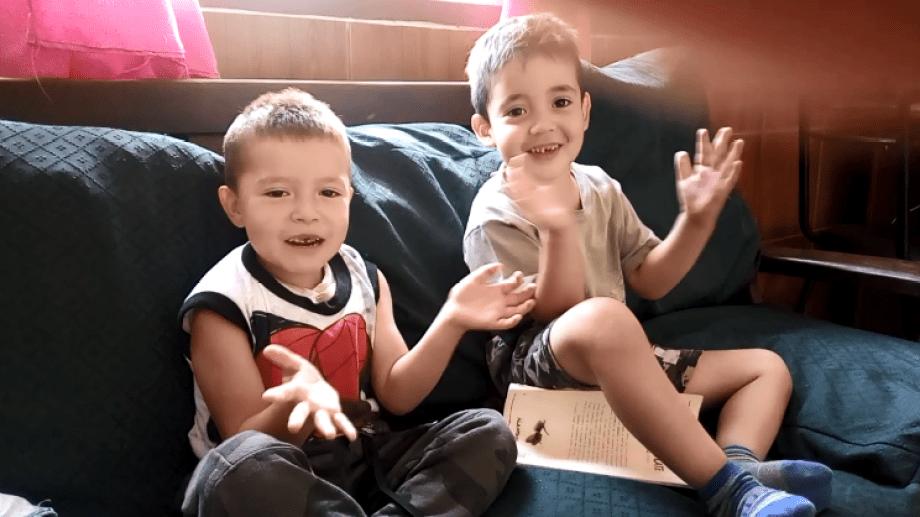 Diego Benjamín y Thiago Pinto cantan para entretenerse en su casa del barrio Nuestras Malvinas de Bariloche.